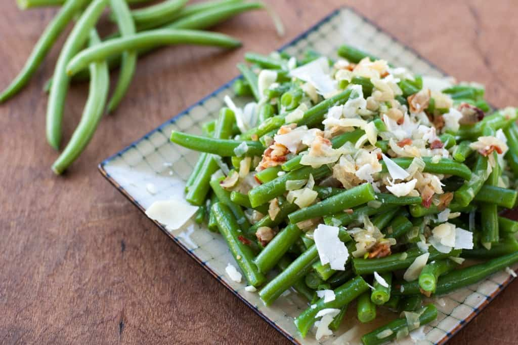 Fresh Green Beans with Caramelized Onions and Bacon - thekitchensnob.com